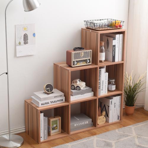 Angolo lettura in casa con libreria