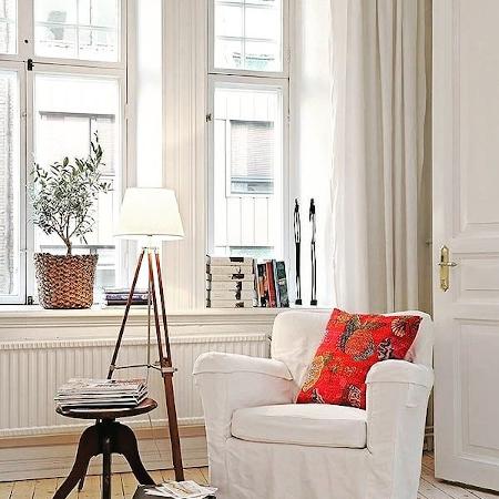 Arredare l'angolo lettura in casa con un tavolino
