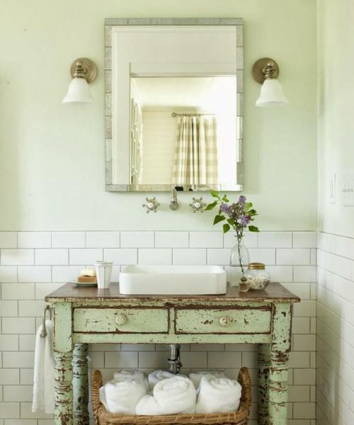 Bagno in stile provenzale con specchio