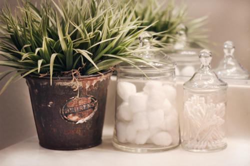 Boccette di vetro e decorazioni per bagno provenzale