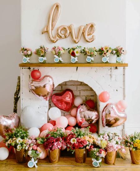 Cornice camino decorata con palloncini e cuori