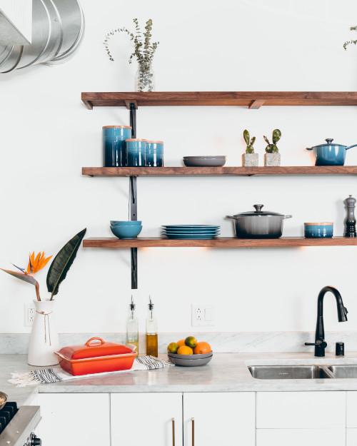 Abbellire la cucina con mensole e pensili