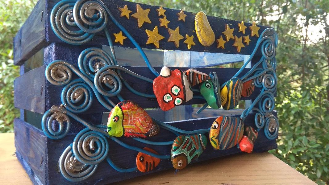 Una cassetta in legno decorata a tema marino