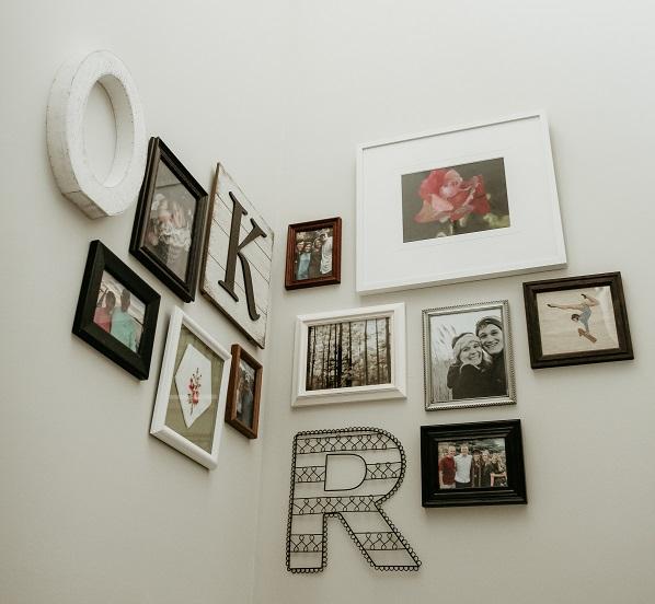 Decorare una parete bianca con le foto