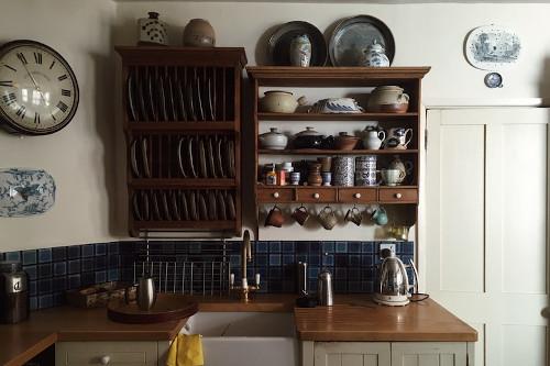 Mensole a vista per cucina provenzale