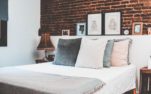 Arredare la parete dietro al letto con le mensole
