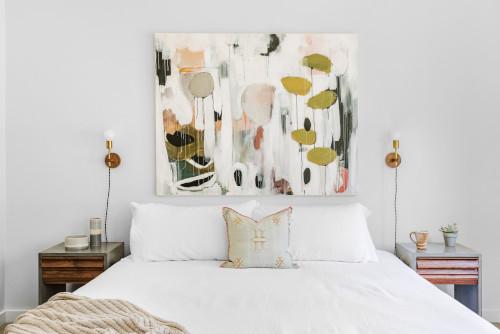 Parete dietro al letto con quadri