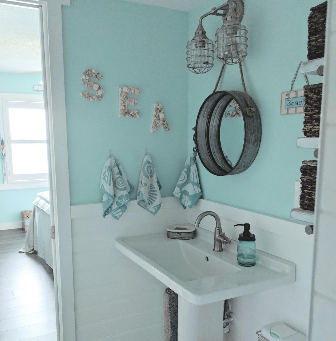 Toilette in stile coastal - © Lucy Savoie-Lawicki